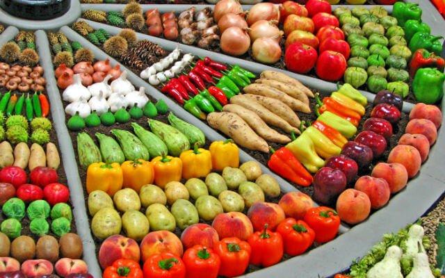 Feira de frutas, verduras e legumes.