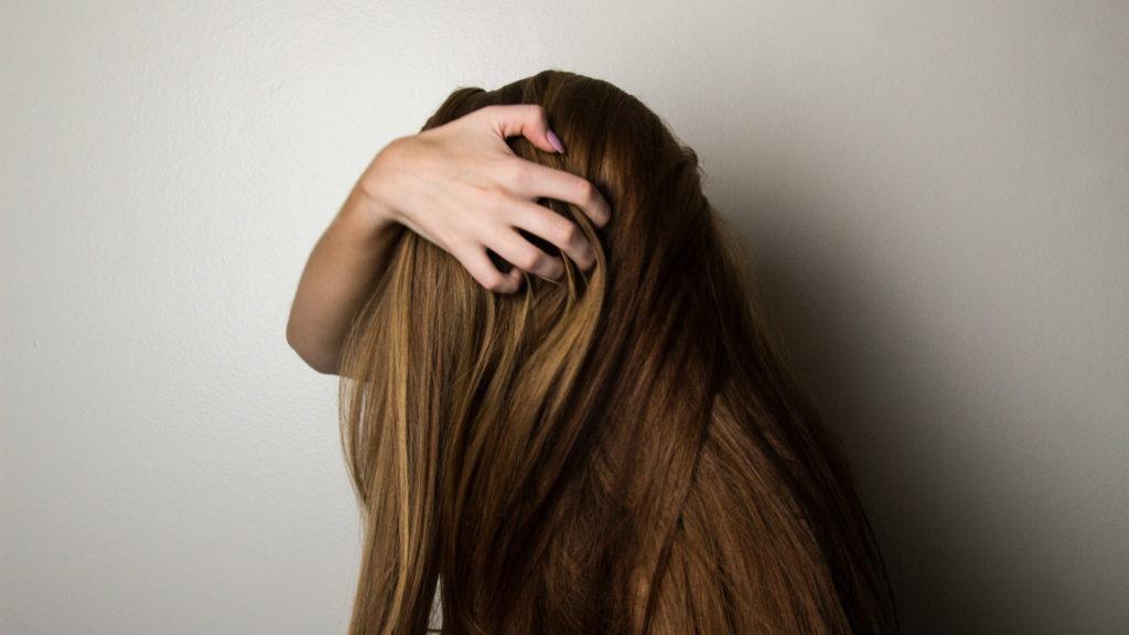 Mulher com o cabelo liso