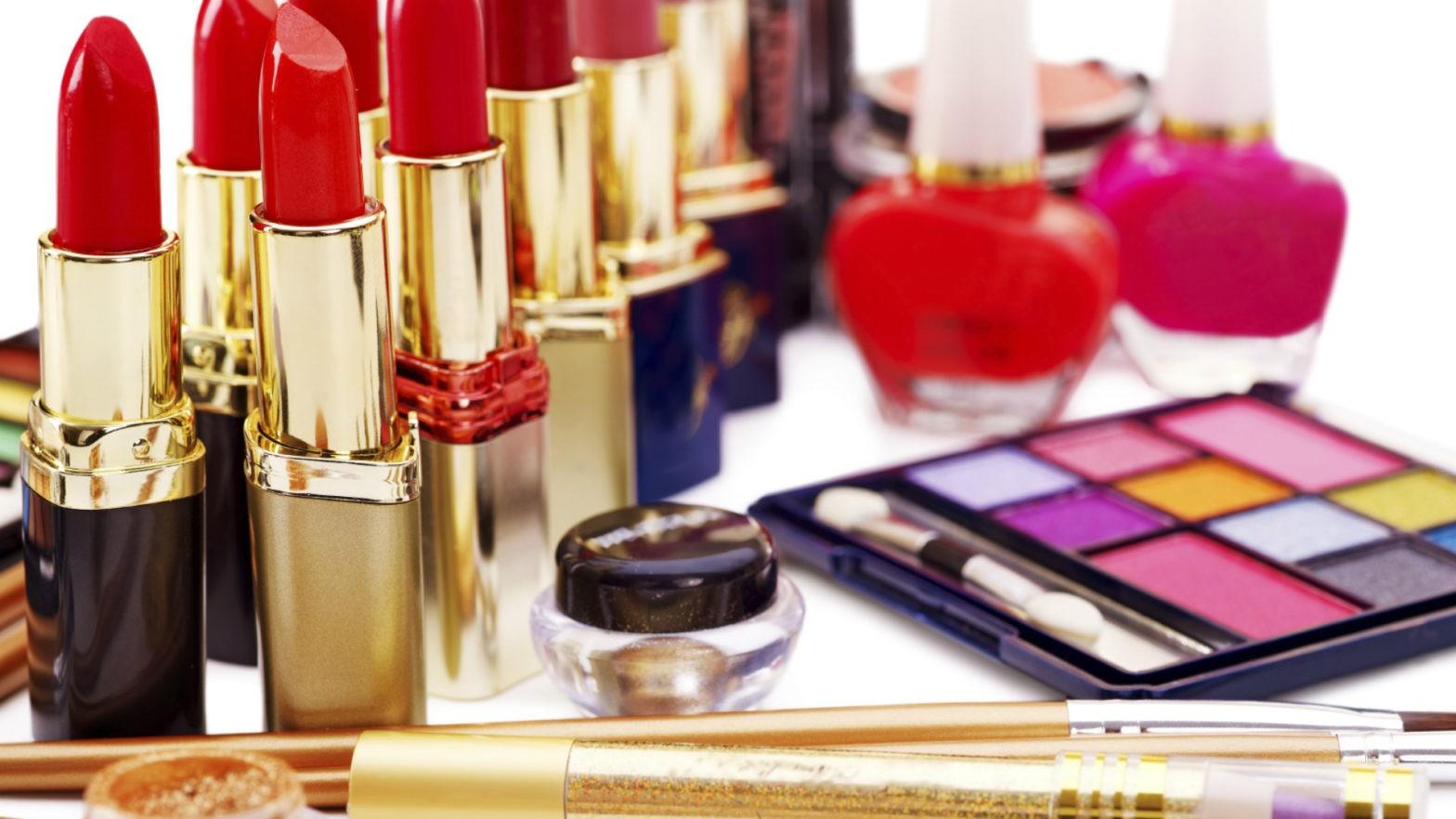 Vários itens de maquiagem em cima da mesa.