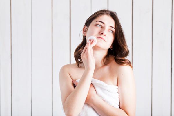 Mulher com algodao no rosto