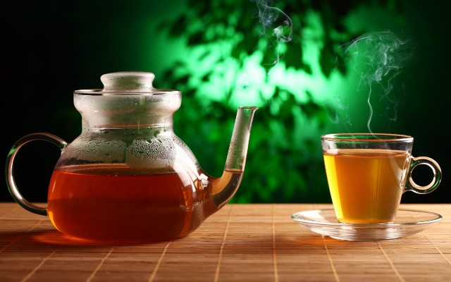 Uma xícara e um bule de chá.