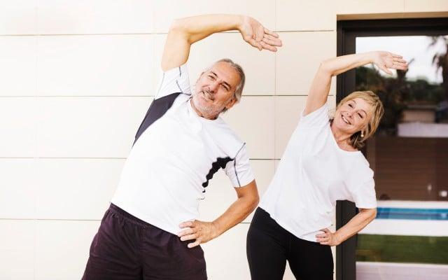 Um homem e uma mulher fazendo aloongamento