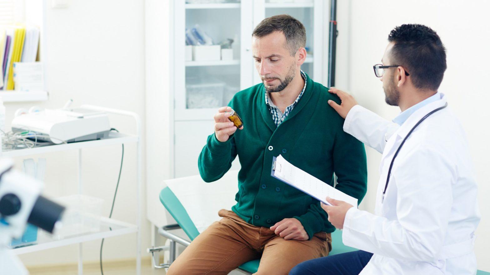 Homem sentado em um consultório, sendo consultado por especialista