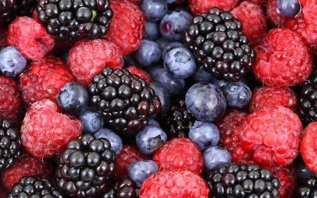Diversas frutas vermelhas como amora, cereja, mirtilo e framboesa.