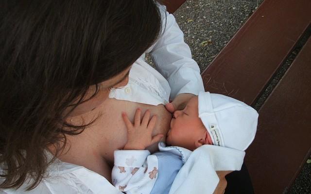 Mulher amamentando um bebê.