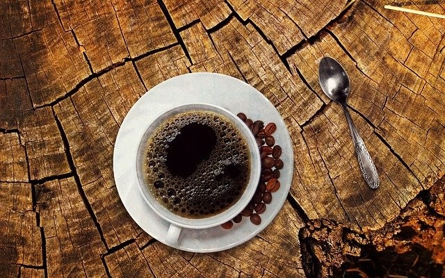 Xicara de café sobre uma mesa de madeira.