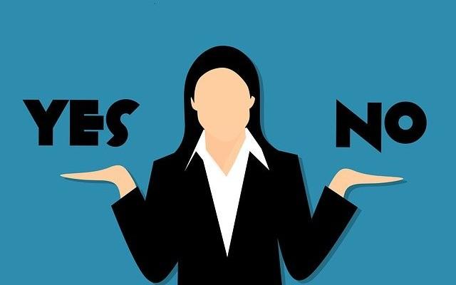 Ilustração de mulher com os braços estendidos e em cima da palma da mão direita sim e do lado esquerdo não.