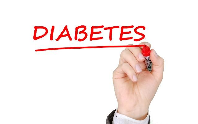 Palavra diabetes escrita com uma caneta vermelha em um quadro branco.