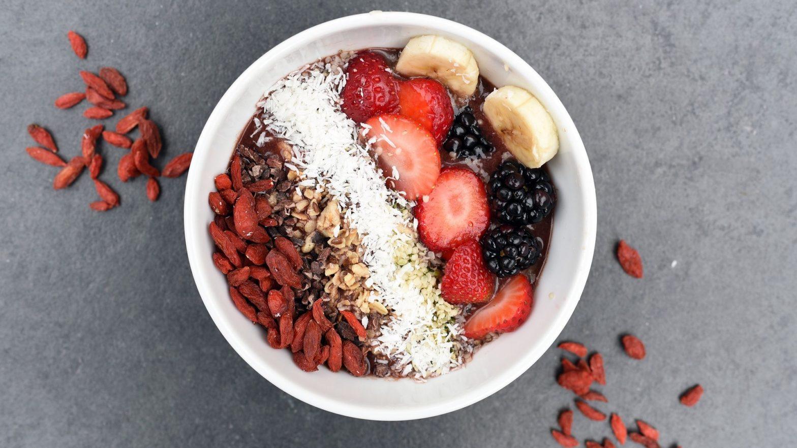 Bowl saudável de frutas vermelhas, sementes e grãos.