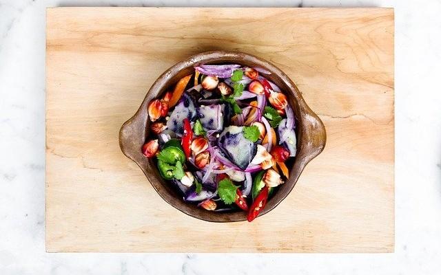 Bowl saudável de legumes e verduras.