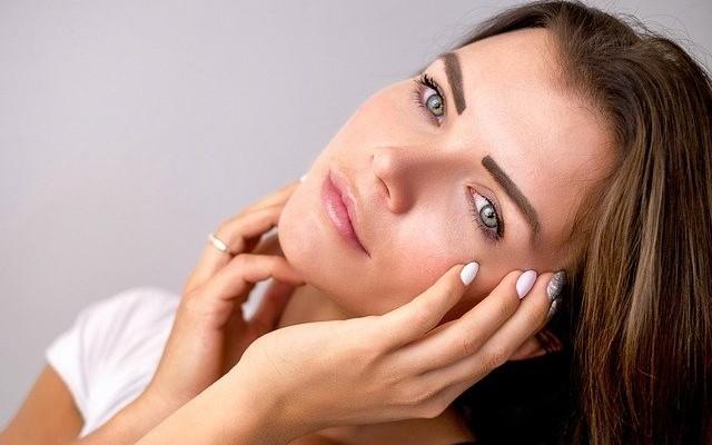 Mulher com a pele limpa depois de aplicar cleasing oil