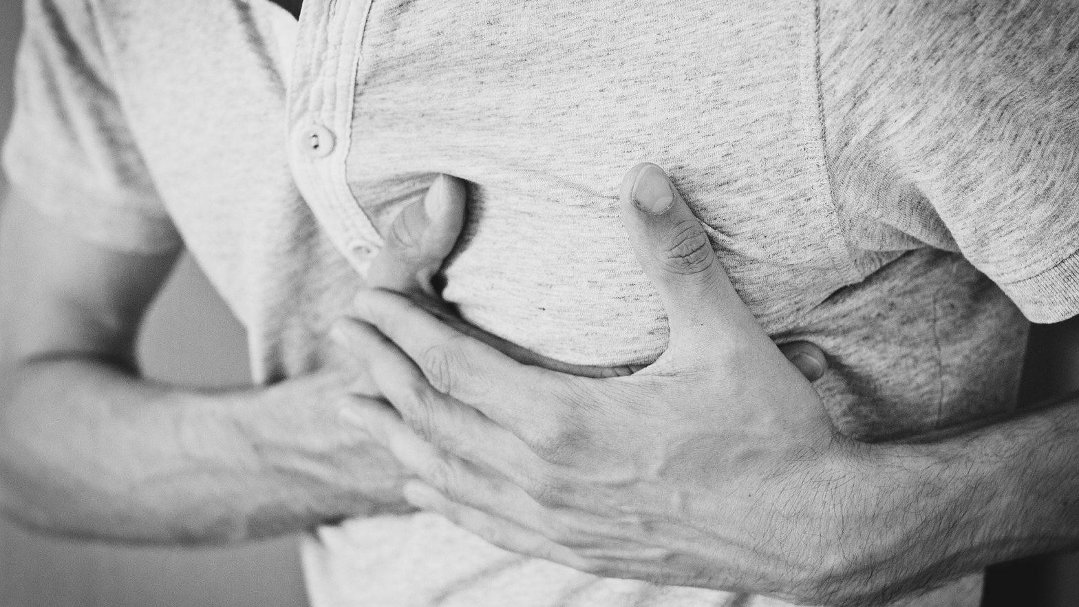 Homem com dor no peito devido a um infarto.