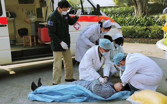 Socorristas reanimando uma pessoa que sofreu ataque cardíaco.