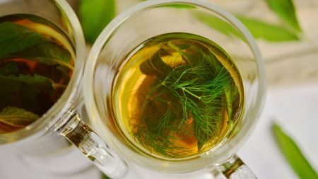 Xícara de chá de erva-doce.