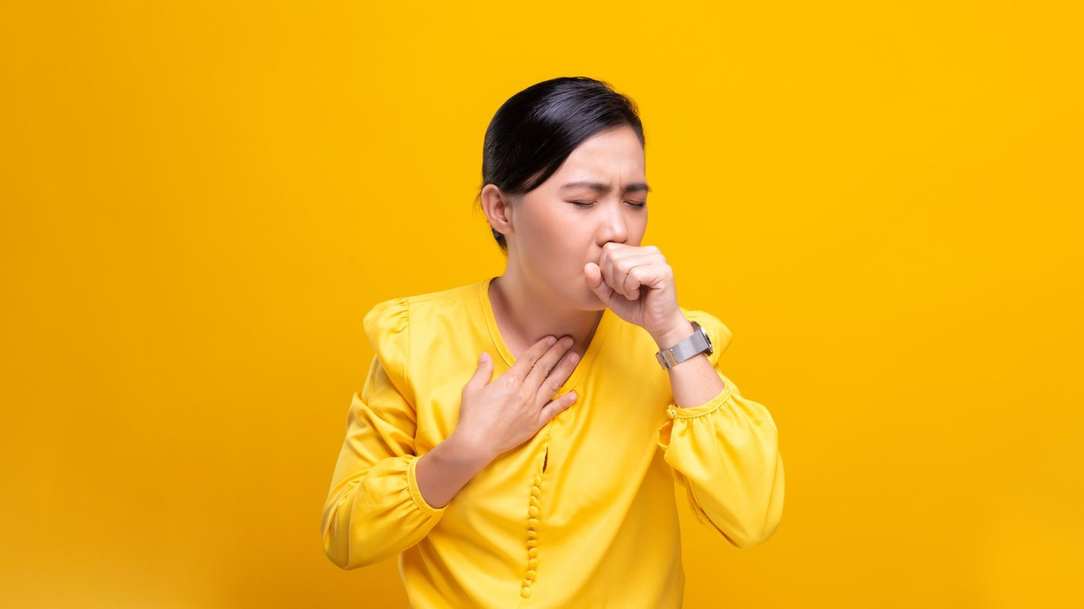 Mulher tossindo devido a uma infecção pelo citomegalovírus.