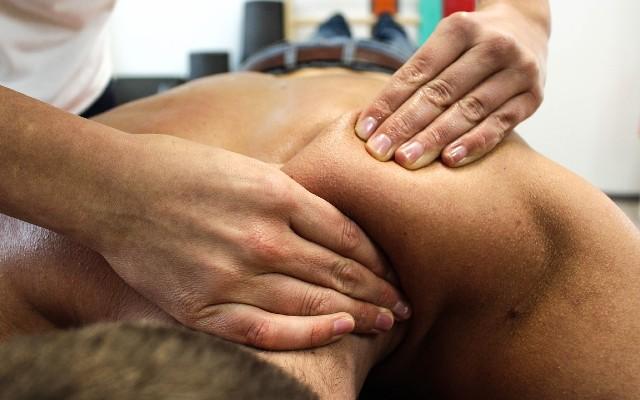 Homem deitado recebendo massagem modeladora.