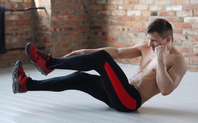 Homem fazendo abdominal sprinter.
