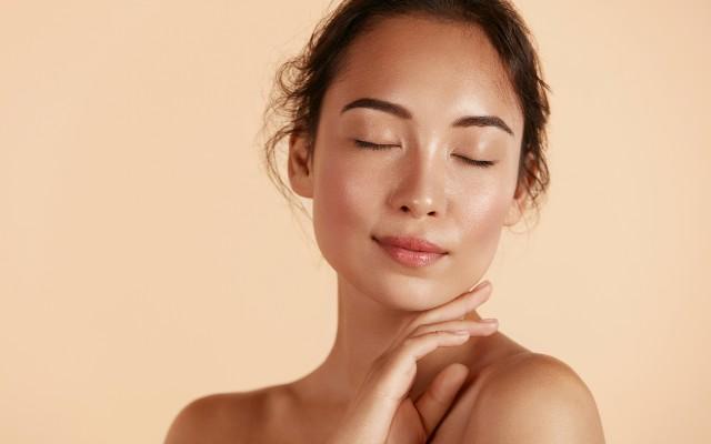 rosto feminino com pele saudável devido ao uso de ácido hialurônico.