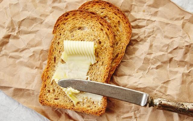 Manteiga no pão.