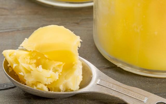 Colher de manteiga ghee.