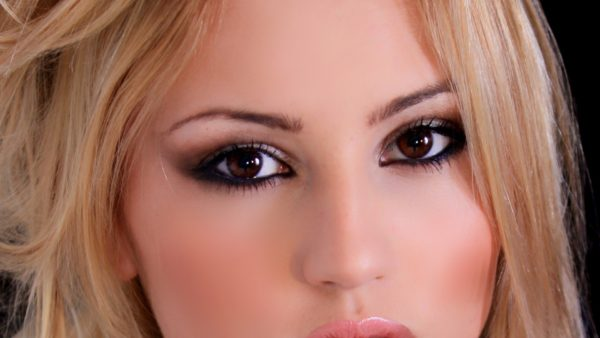 Rosto de mulher com smokey eye.