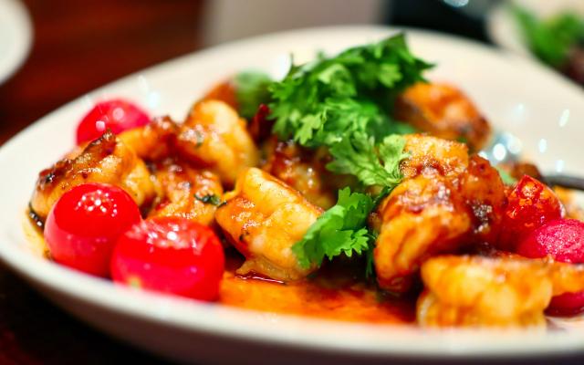 Prato de nhoque com tomates e salsa