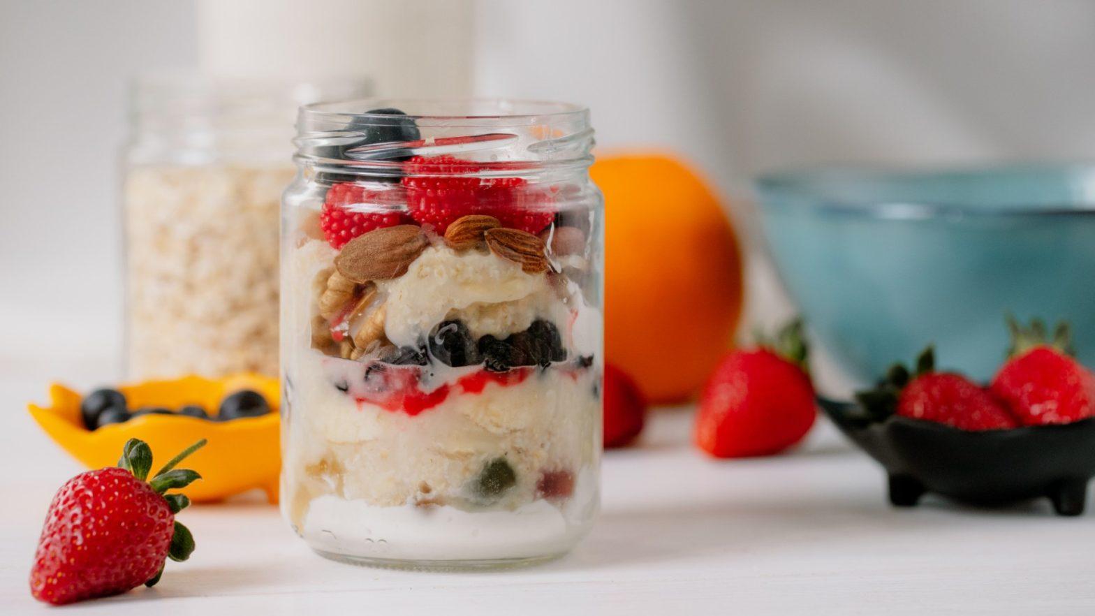 Pote de overnight oats de frutas vermelhas.