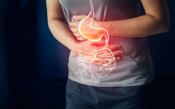 Melena pode causar dor abdominal, entre outros sintomas